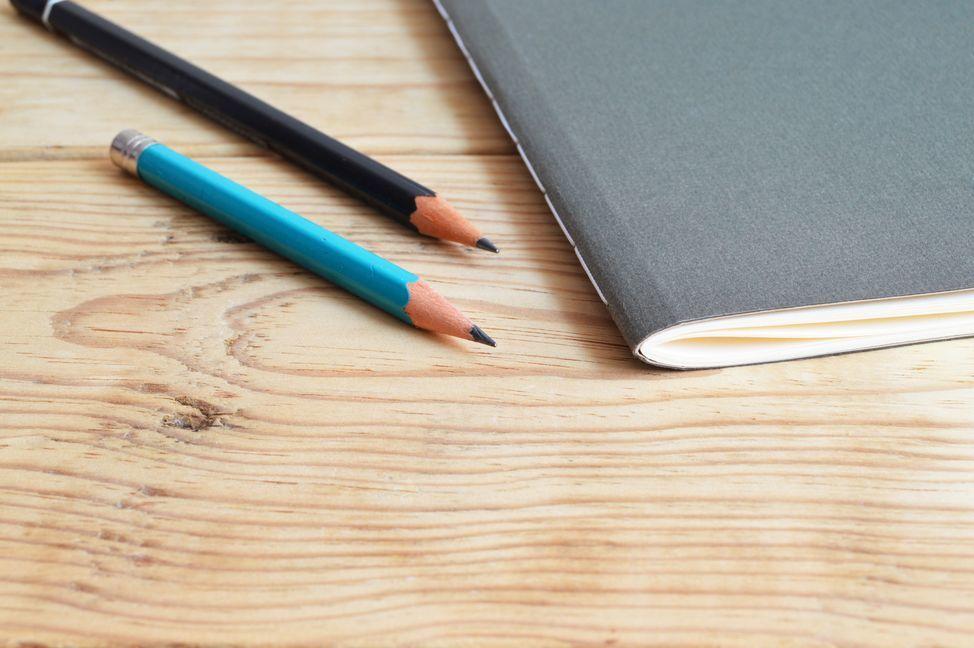college-composition-desk-419635.jpg